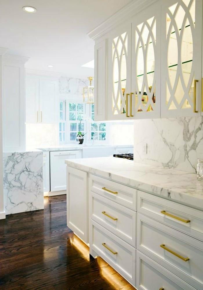 moderne küchen weiße küchenschränke und akzente in goldener farbe