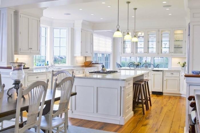 moderne küchengestaltung weiße küchenmöbel und hölzerner bodenbelag