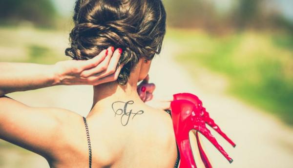 nacken tattoo schrift buchstabe kalligrafie tätowierung