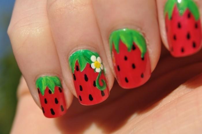 nageldesign ideen für den sommer erdbeeren muster