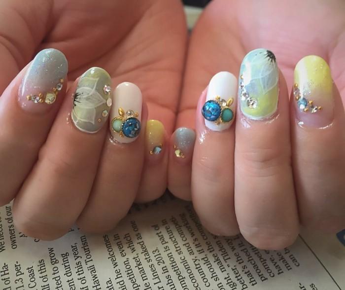 nageldesign sommerideen gelnägel maniküre nailart blumen motive strasssteine