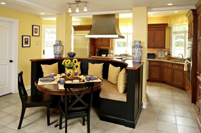 offene küche gelbe wände und dunkle küchenmöbel
