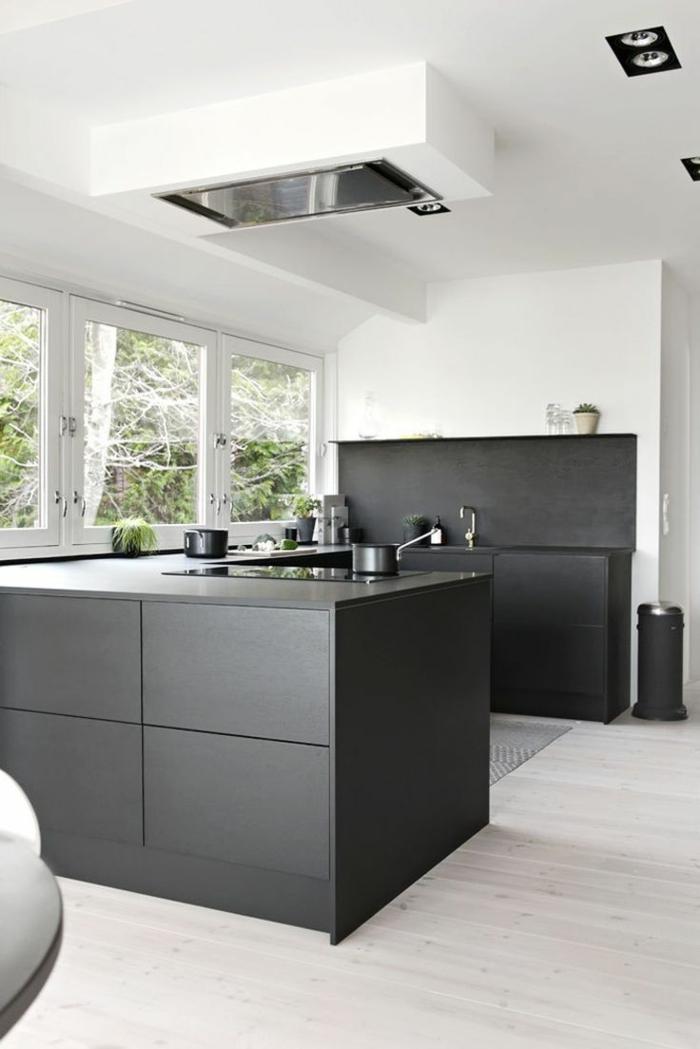 offene küche heller bodenbelag und schwarze küchenmöbel