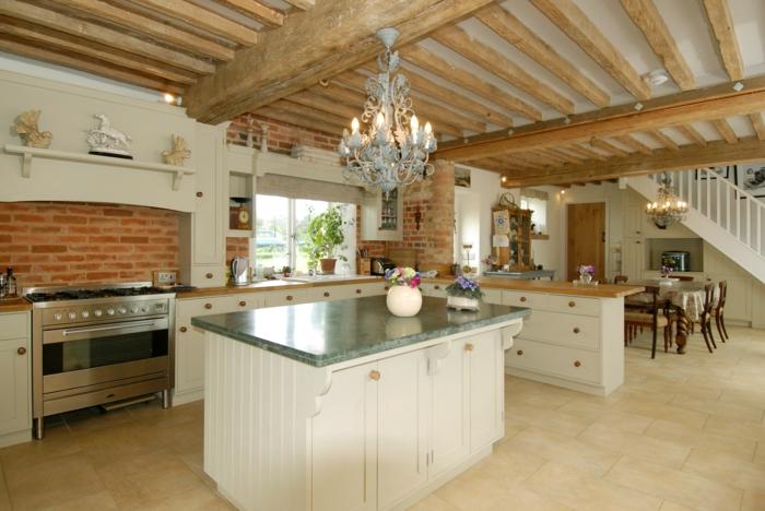offene küche im landhausstil mit schöner zimmerdecke und wunderschönem leuchter