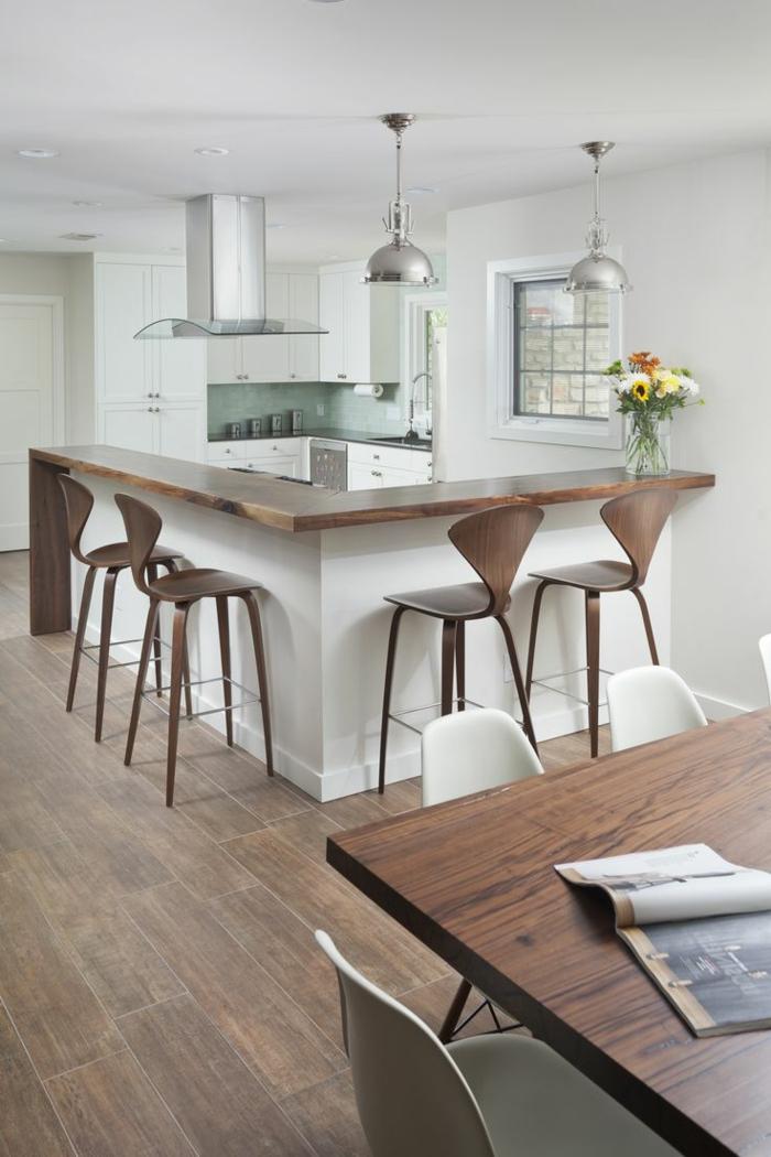 offene küche in braun weiß mit hängelampen