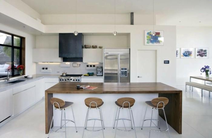 offene küche in weiß mit hölzernen akzenten