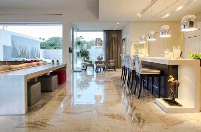 offene küche mit glänzendem boden und schöner deko