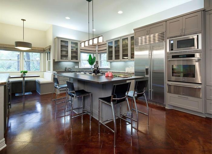 offene küche mit grauer kücheninsel und braunen küchenfliesen