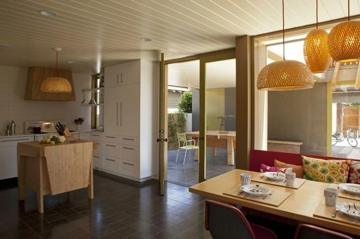 offene küche mit kleiner kücheninsel essbereich und dunklen bodenfliesen