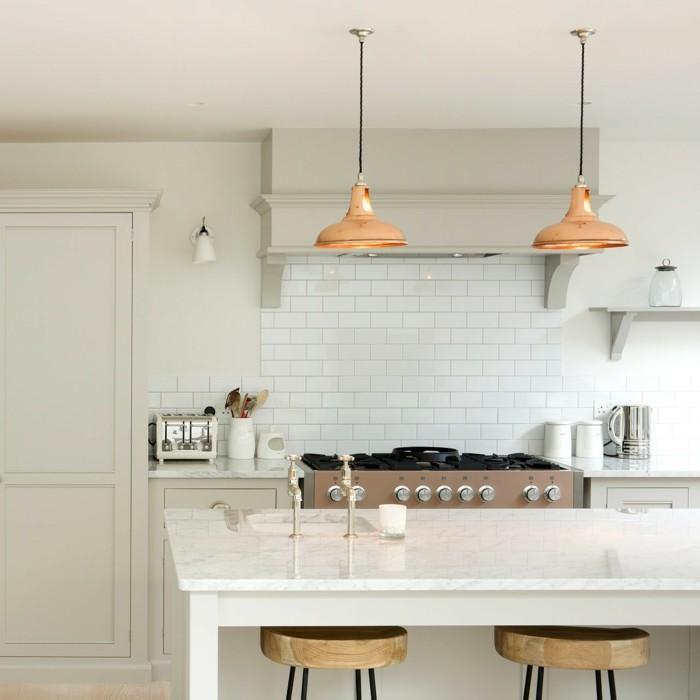 offene küche moderne weiße kücheninsel mit hölzernen barhockern
