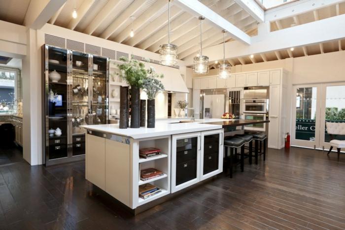 offene küche stilvolle einrichtung und pflanzen für frische stimmung
