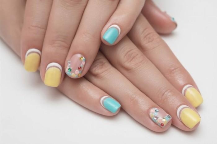 pastellfarben sommer nageldesign strasssteine nagellack maniküren