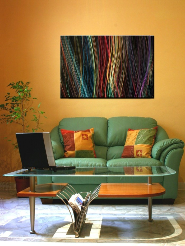 einrichtungsideen für das kleine wohnzimmer orange akzente und grünes sofa