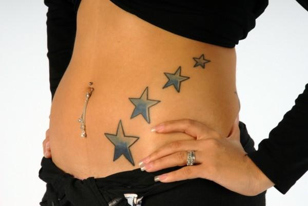 schönes tattoo sterne am bauch tätowieren