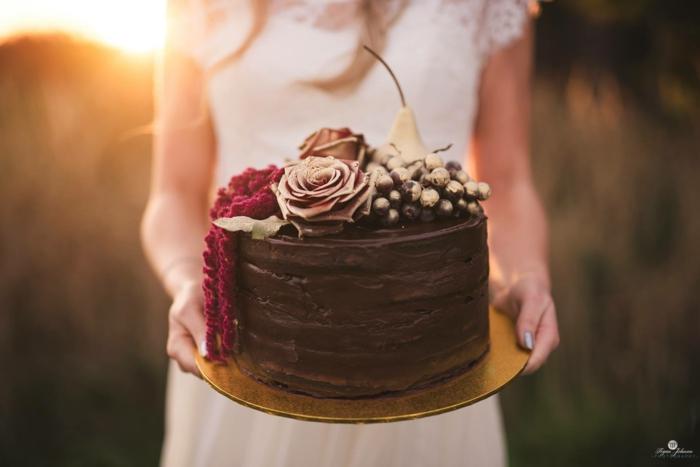 schokoladenkuchen hochzeit boho style torte mit rosen und früchten