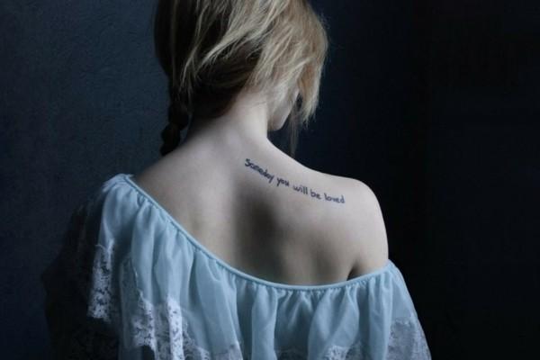 schrift tatoo ideen frauen tätowirung am rücken