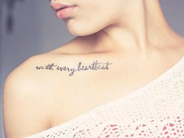 schulter tattoo frauen schrift spruch tätowierung