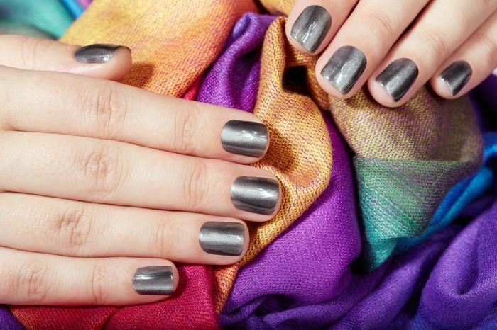 silberglanz nagellack maniküre sommer nageldesign metall fingernägel