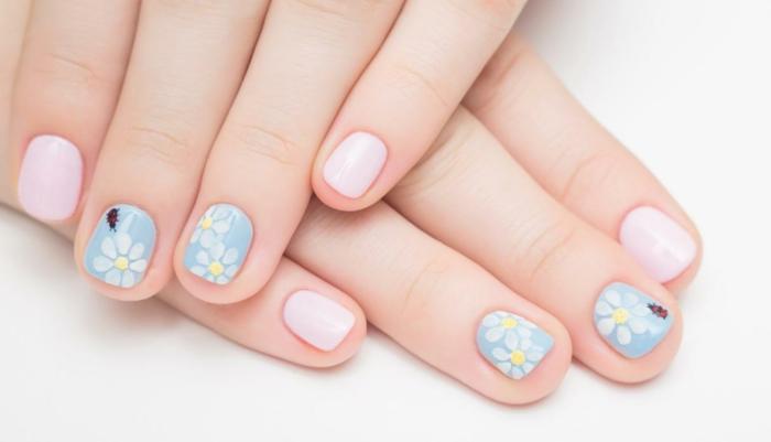 sommer nageldesign ideen fingernägel rosa blau pastellfarben blumen marienkäfer