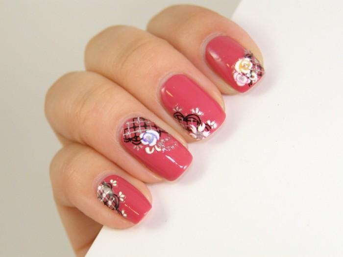 sommernägel mit frischem floralem muster