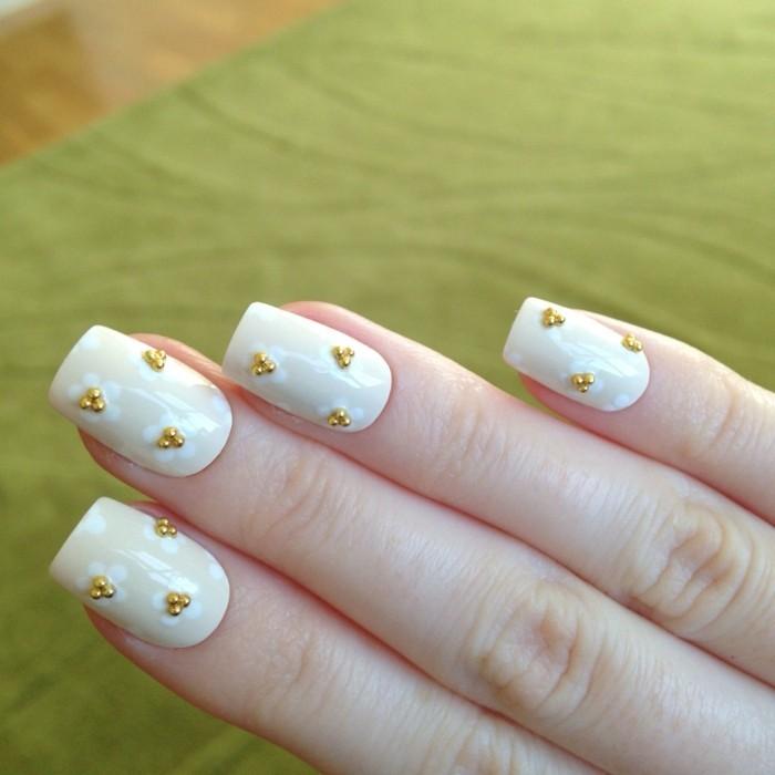 sommernägel nagellack in beige mit ausgefallenen blumen