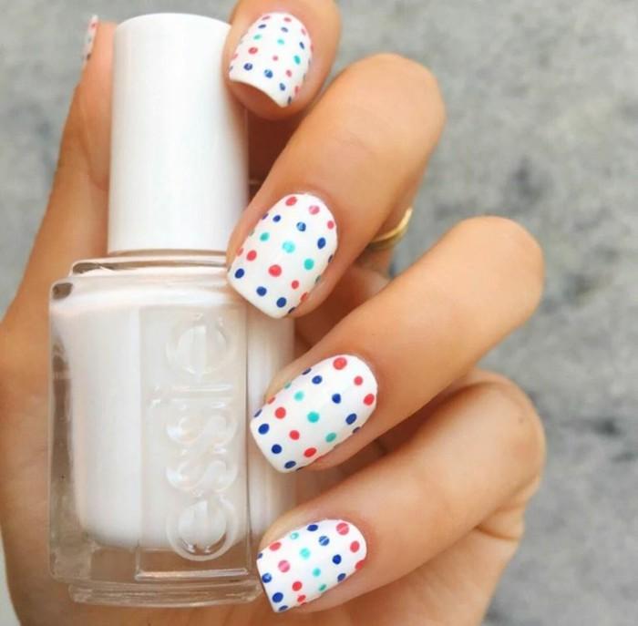 sommernägel polka dot muster und weißer nagellack