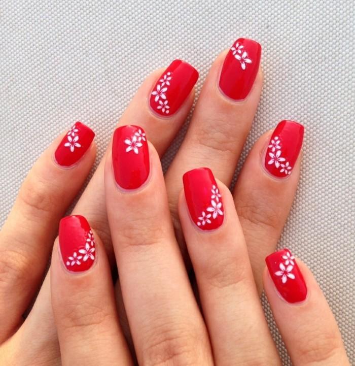 sommernägel roter nagellack mit weißen blumen