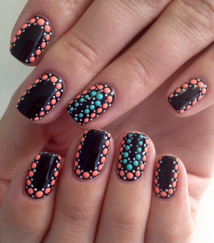 sommernägel schwarzer nagellack mit bunten punkten