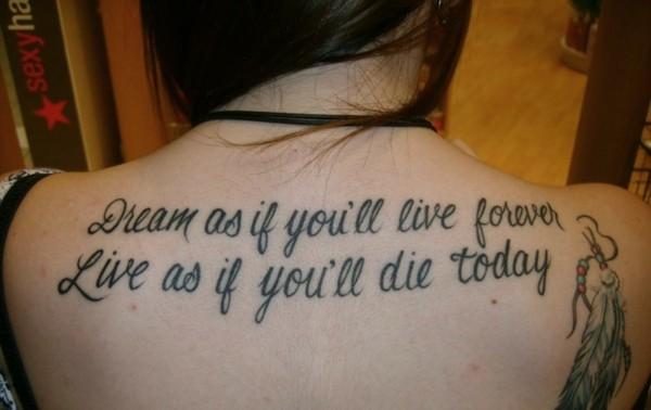tätowierung am rücken tattoo schrift englisch