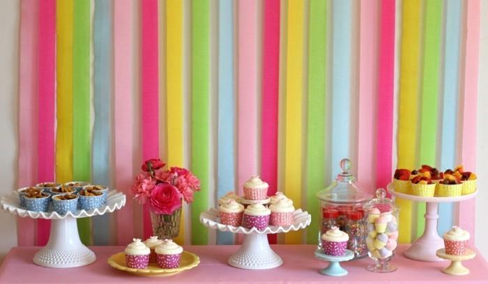 tischdeko geburtstag cupcakes und hellrosa decke