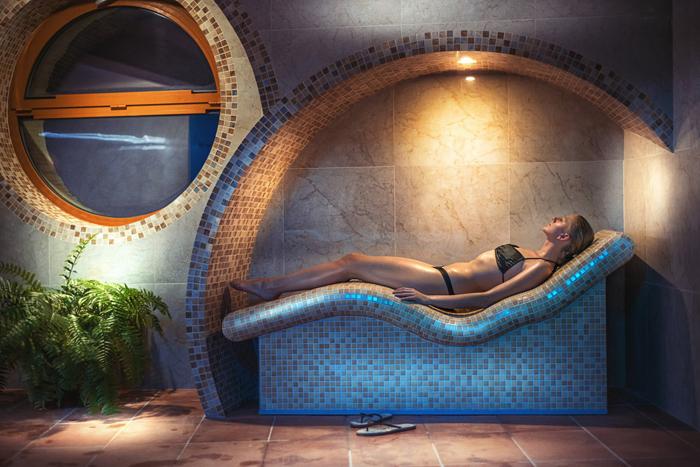 wandfliesen badgestaltung naturstein liege sauna
