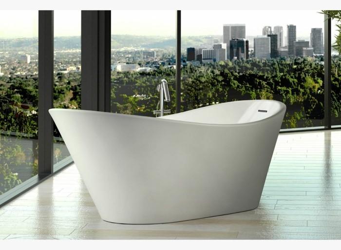 weiße badewanne ausblick aus dem fenster