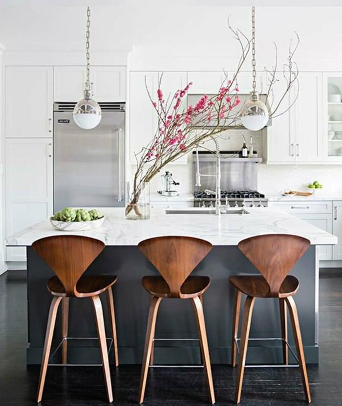 weiße küche mit blumen und grauen elementen