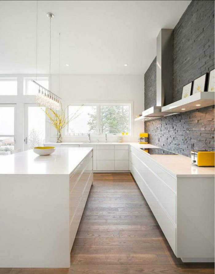 weiße küche mit gelben akzenten und schönem bodenbelag