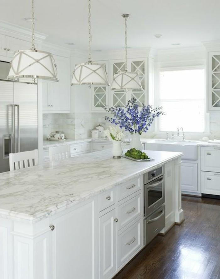 weiße küche mit kücheninsel und dunkler bodenbelag
