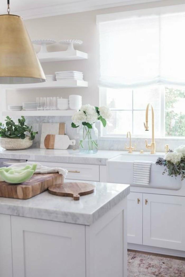 weiße küche mit schönem bodenbelag und offenen wandregalen