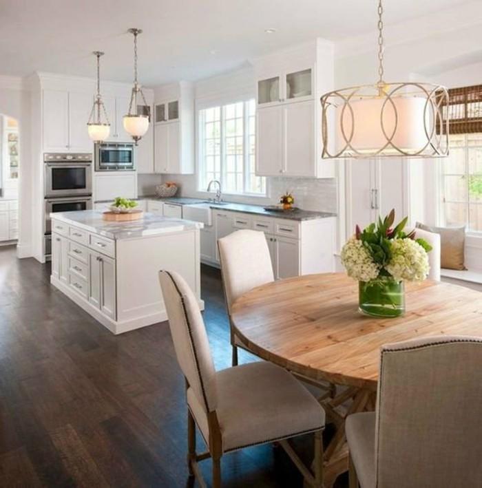 weiße küche offener wohnplan mit dunklem bodenbelag