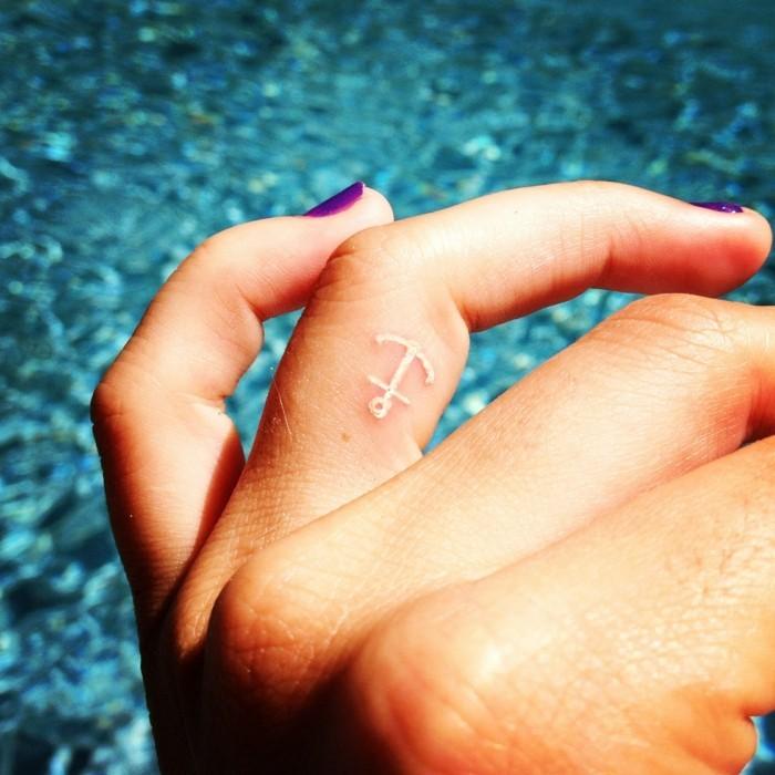 weisse tattoos anker am finger