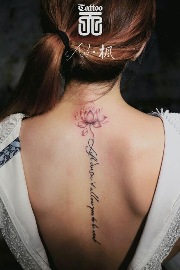 wirbelsäule tätowirung frauen tattoo schriften ideen