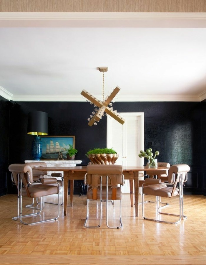 wohnideen esszimmer beeindruckender leuchter kontrastiert schön zur schwarzen wandfarbe