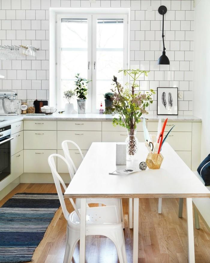 wohnideen küche weiße wandfliesen und weiße möbel durch blauen teppichläufer erfrischt