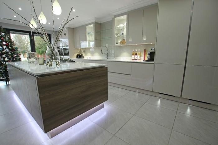 wohnideen küche weißes innendesign mit freistehender kücheninsel in braun