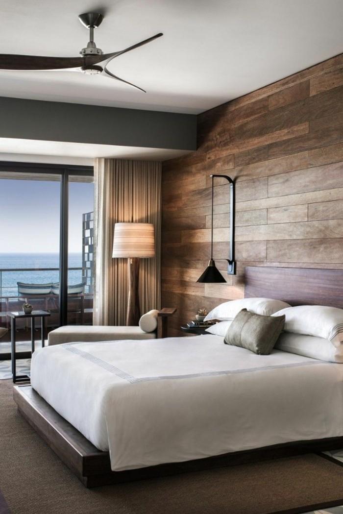 wohnideen schlafzimmer stilvoller teppich und holzpaneele für die wand
