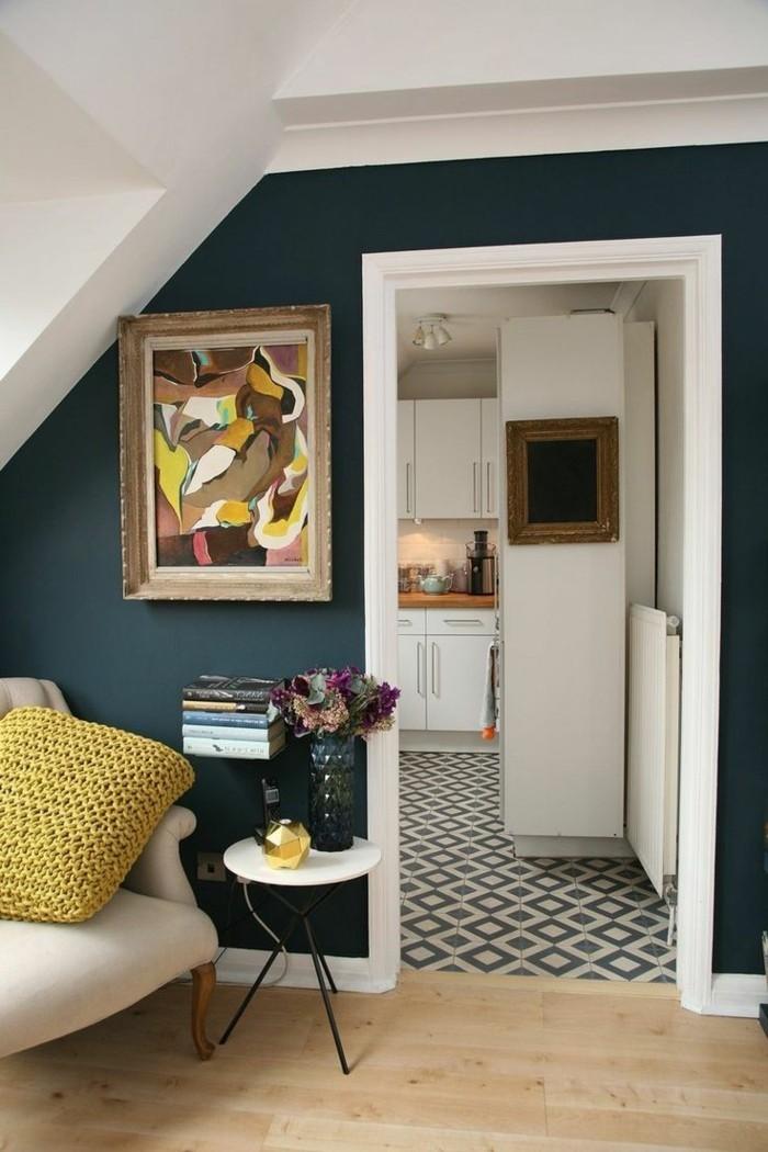 wohnideen wohnzimmer dunkelgrüne wandfarbe heller bodenbelag und frische dekoideen