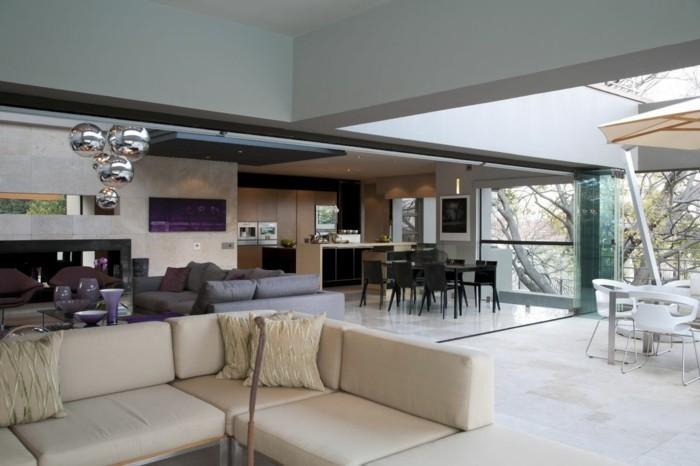 wohnküche auf großer fläche mit schicker wandgestaltung und modernem bodenbelag