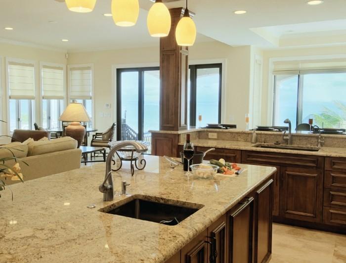 wohnküche in beige mit schöner beleuchtung