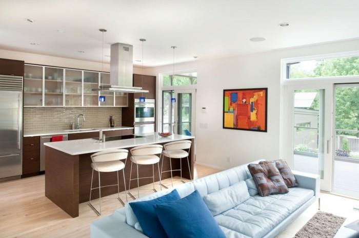 wohnküche in braun mit wohnbereich mit hellblauem sofa