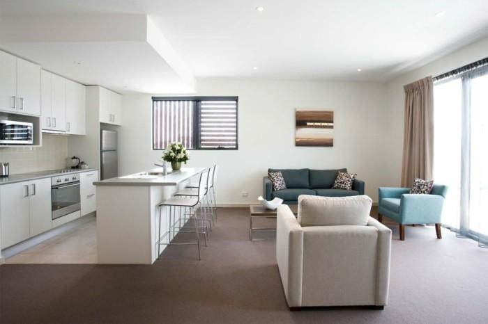 wohnküche in weiß mit blauen akzenten und teppichboden