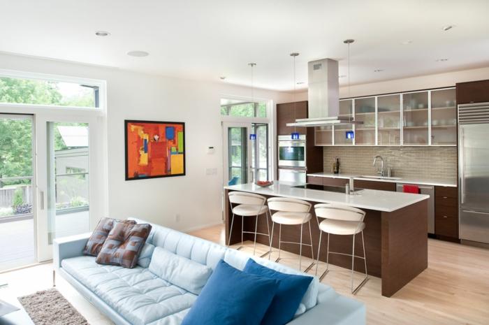 wohnküche kleine küche mit braunen küchenschränken und hellblaues wohnzimmersofa