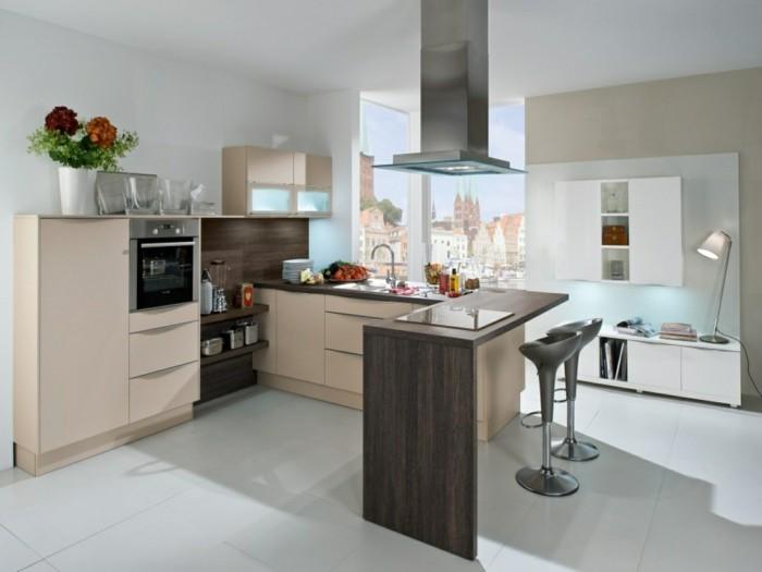wohnküche mit großer arbeitsfläche und essecke